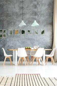 リンゴと木製のテーブルの上にぶら下がっているパステルカラーの2つのランプシェード