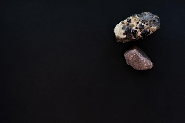 Два больших хрустальных камня на черном бумажном фоне, макет, копия пространства