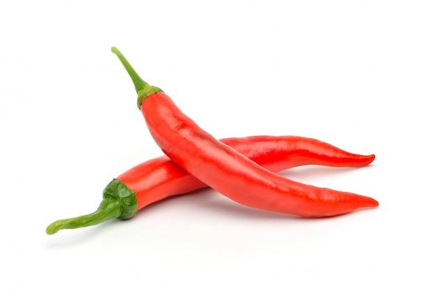 2 больших перца красного chili изолированного на белизне.