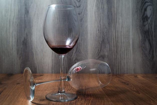 木製の背景に 2 つの大きなワイングラス