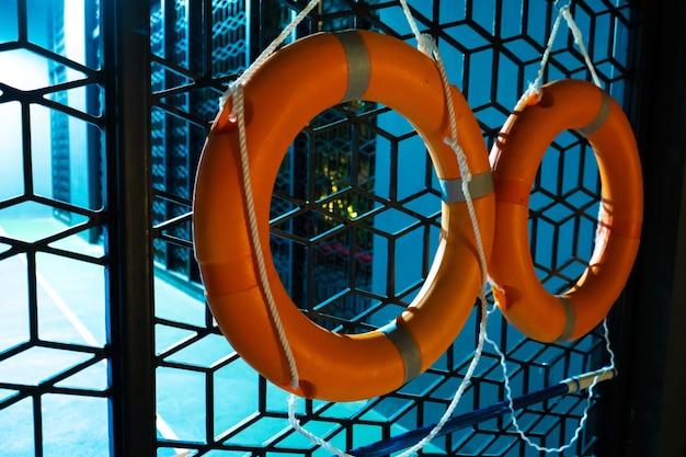 Два спасательных круга на заборе в речном порту.