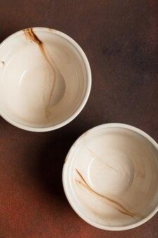 茶色のテーブルに2つの軽い手作りのカップ