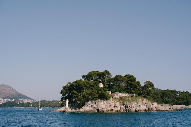 크로아티아 두브 로브 니크 근처 닥사 섬에있는 두 개의 등대