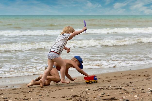 二人の少年が海岸で遊んでいます