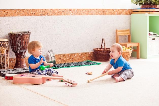 다양한 악기를 가지고 열정적으로 연주하는 두 소년