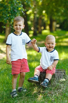 Два младших брата в парке