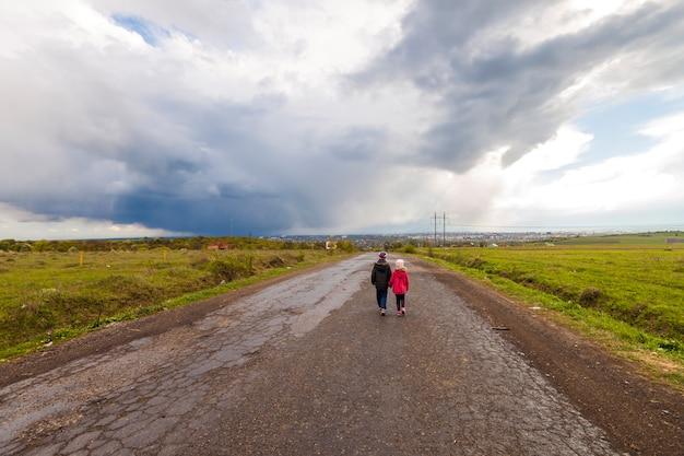 두 명의 작은 어린이 소년과 소녀는 길을 걷고