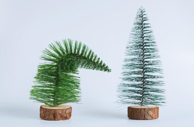 白いスペースに2つの小さなクリスマスツリー