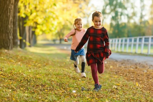 公園で2つの小さなガールフレンドの女子高生。