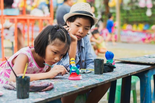 Две маленькие девочки картина куклы на фоне дерева