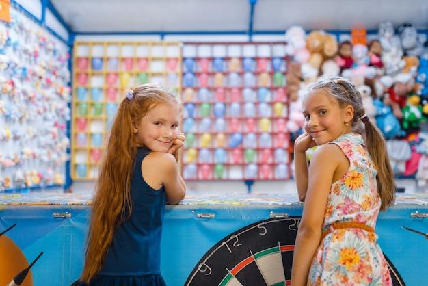 어린이 촬영 갤러리, 엔터테인먼트 센터의 놀이터에서 노는 두 명의 작은 여자 친구. 실내 놀이 공간, 놀이방