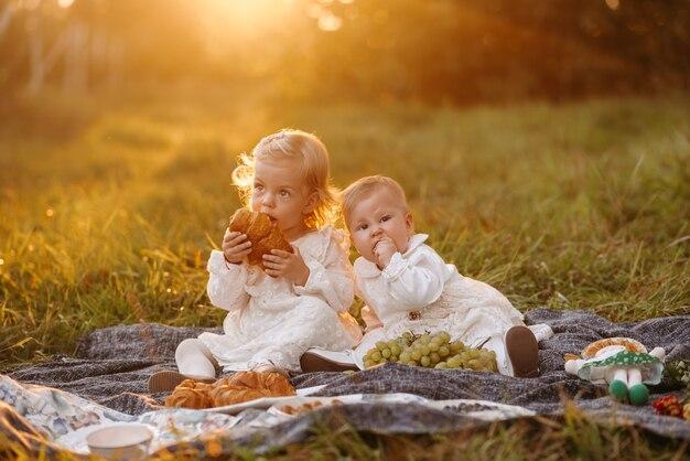 ピクニックで二人の少女