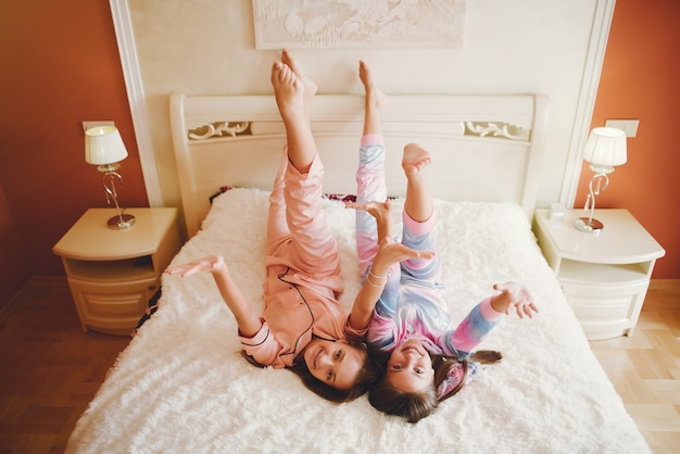 Две маленькие девочки в милой пижаме