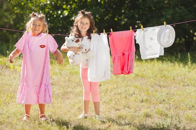二人の少女が洗濯。家事をしている姉妹