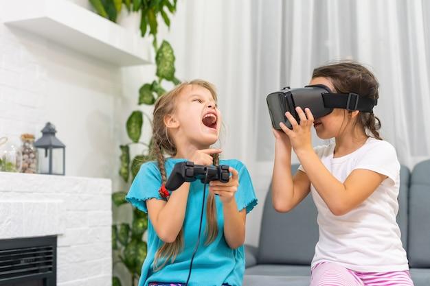 비디오 게임을 하는 두 어린 소녀 가상 현실 안경