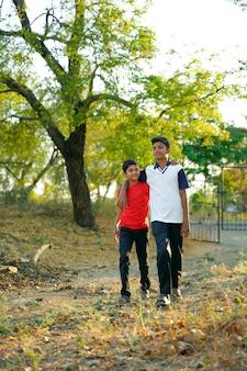 道を歩いて2つの小さなインドの弟