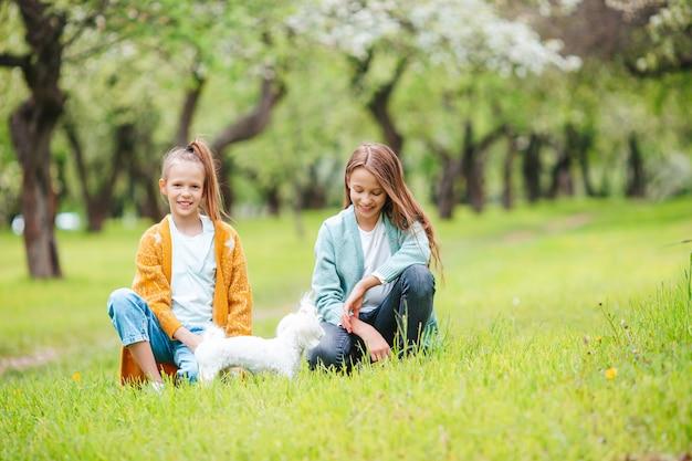 公園でピクニックをしている2人の小さな子供