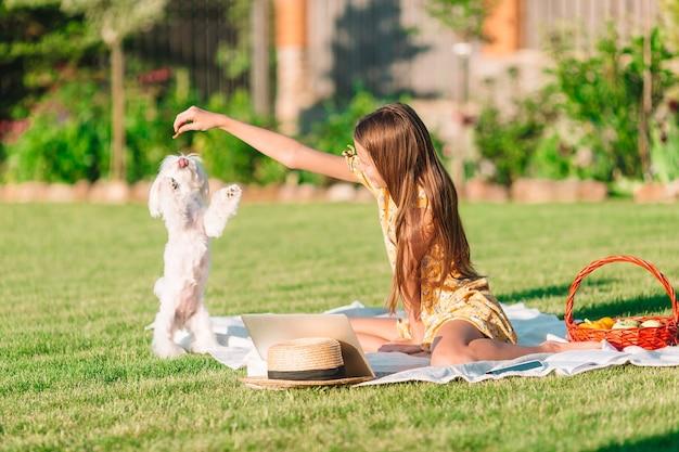 Двое маленьких детей на пикнике в парке