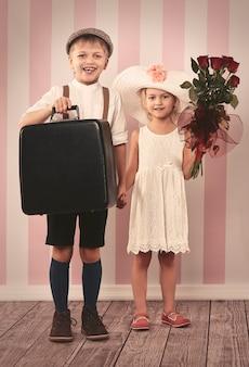 2人の小さな恋人が旅行の準備ができています