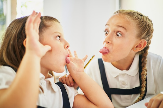수업 시간에 서로 조롱하는 두 여학생