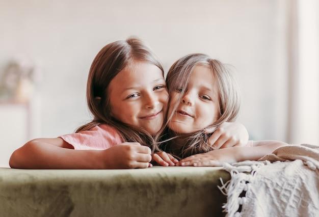 二人の妹が一緒に楽しんでいます。子供の友情