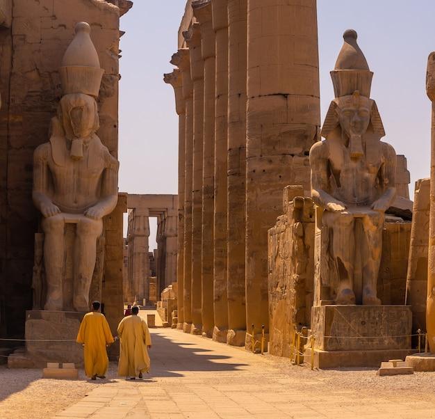 ルクソールのエジプトの神殿を訪れる2人の地元の男性