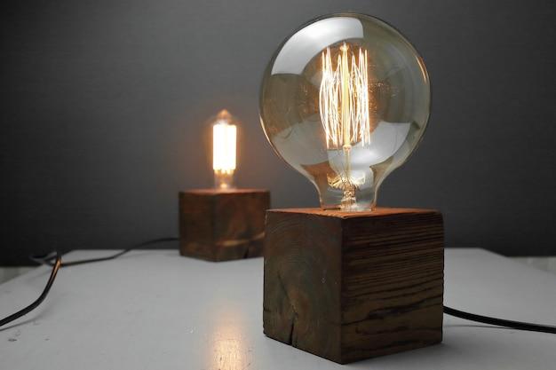 회색 배경에 에디슨 램프와 2 개의 로프트 나무 램프