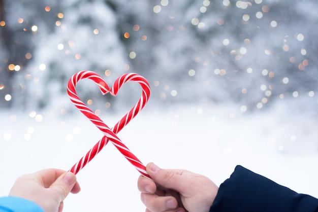 Два леденца на палочке в форме красно-белого сердца