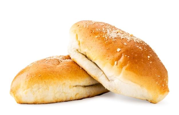 2つの長いパンが白い背景にクローズアップします。孤立
