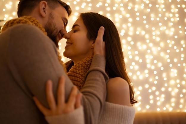 두 사랑스러운 달콤한 부드러운 아름다운 사랑스러운 귀여운 로맨틱 커플 하나의 목줄에 enfolding 축하