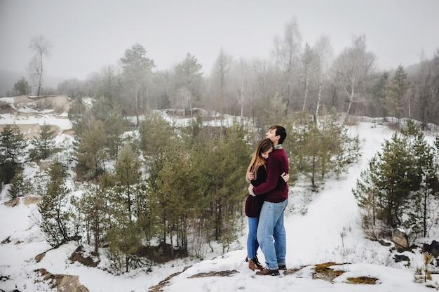 Двое влюбленных обнимаются и целуются в день святого валентина