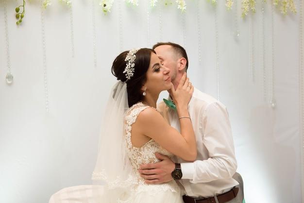 Два влюбленных сердца на свадебной церемонии.