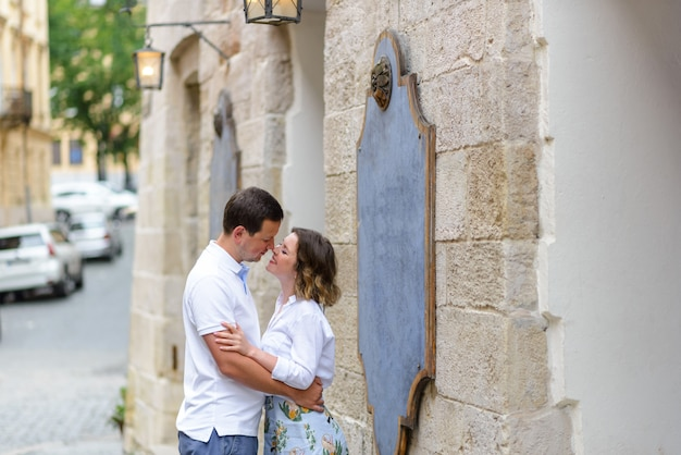 2人の恋人がデート中に旧市街の通りを抱擁します。キスの直前。