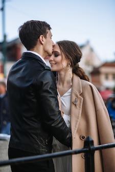 Двое влюбленных стоят и показывают эмоции друг другу
