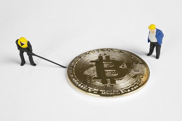 Две фигуры макро-майнеров, работающих над биткойном. концепция добычи виртуальной криптовалюты