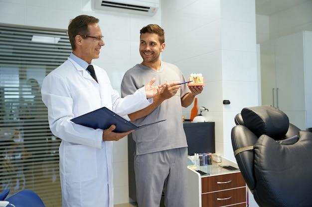 クリニックで専門的な議論をしている2人の男性歯科医
