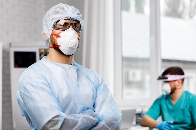 病院で保護医療制服を着た2人の男性医師