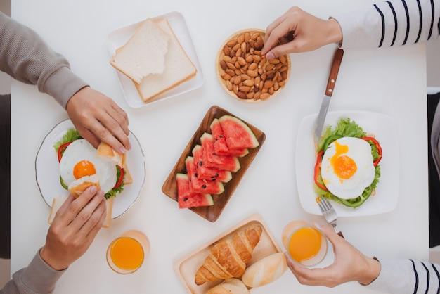 아침에 집에서 아침 식사를 하는 두 남자 친구.