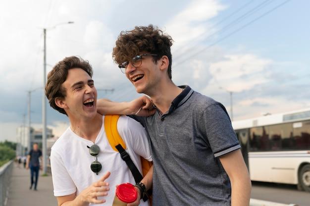 屋外で一緒に時間を過ごす2人の男性の友人