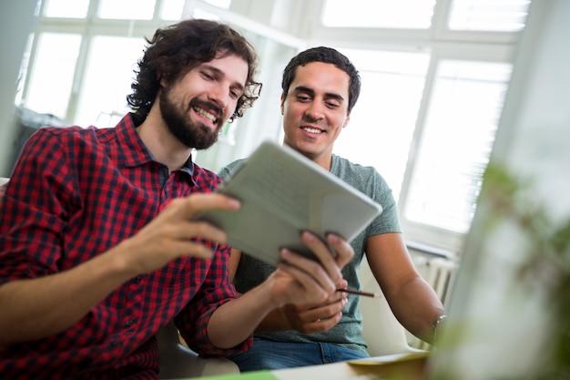 디지털 태블릿을 사용하는 두 남성 그래픽 디자이너