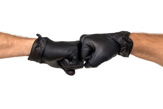 ゴム手袋をした男性の2つの手が握りこぶしで握られています。白い背景で隔離します。 2人の専門家間の対立の概念