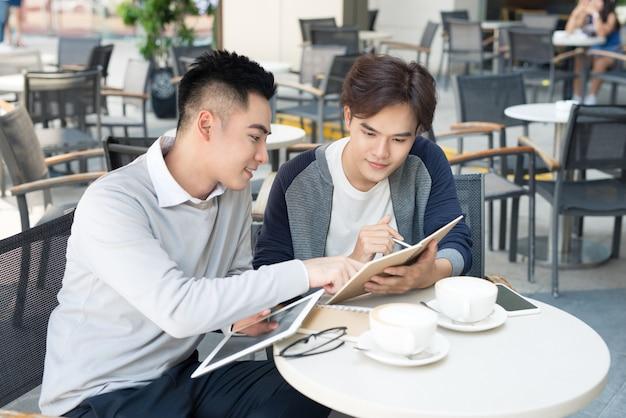 2人の男性学生が学習している、または起業家が一緒に働いている。
