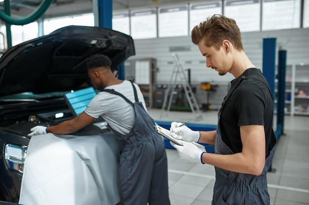 두 남성 노동자 수리 엔진, 자동차 서비스
