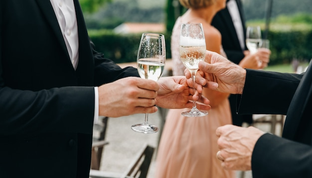 Два человека лязжают с шампанским в зале во время