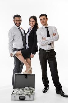 두 명의 관리자와 비즈니스 여성이 돈을 벌기 위해 행복한 비즈니스 동료