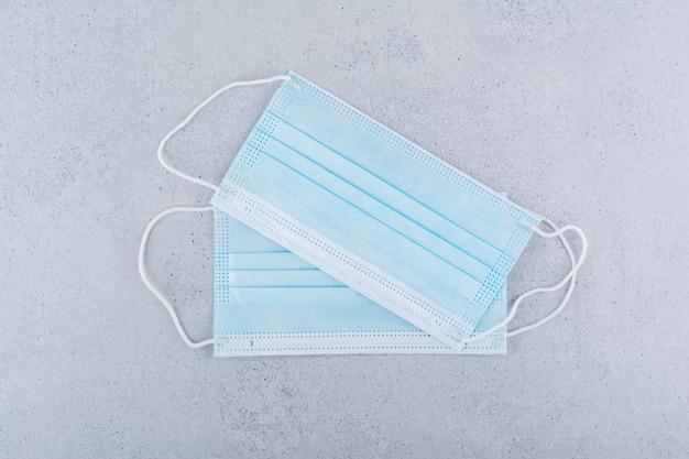 コロナウイルスから保護するための2つの医療用マスク。高品質の写真