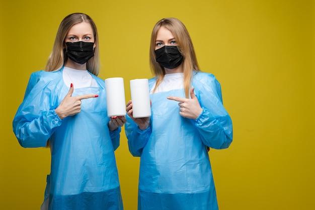 소독제와 두 의료 노동자. 바이러스 개념을 중지하십시오.