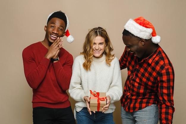 두 남자와 여자는 크리스마스를 축하합니다