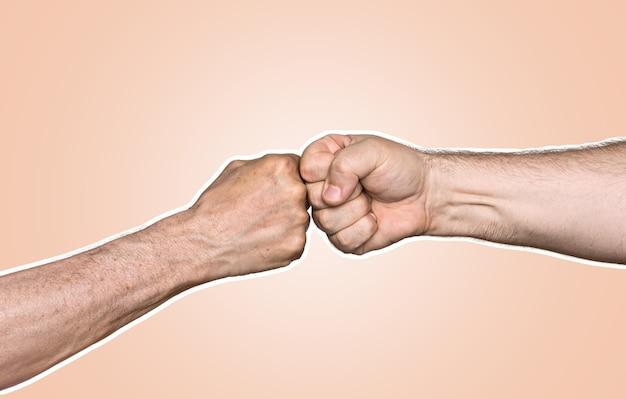 拳をぶつける二人の男。コピースペース付きの雑誌風コラージュ。抽象的な創造的な背景