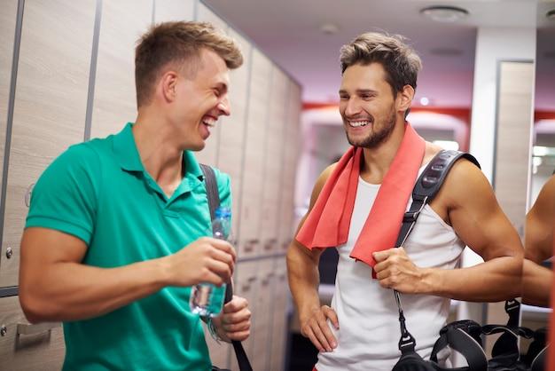 Due uomini che hanno conversazione in spogliatoio